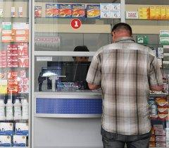 Покупатель в одной из аптек. Архивное фото