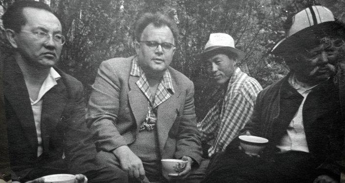 Манасчы Саякбай Каралаев менен.