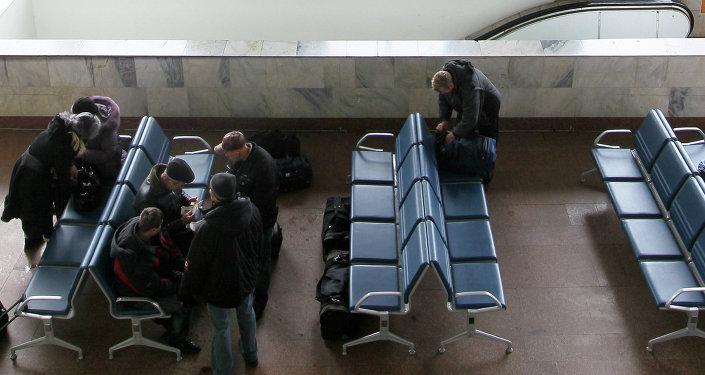 Пассажиры в зале ожидания. Архивное фото
