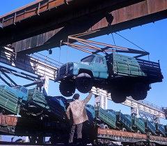Погрузка самосвалов ГАЗ-53Б на заводе. Архивное фото