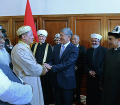 Атамбаев Бишкекте өткөн эл аралык диний симпозиумга келген диний аалымдар, эксперттер, окумуштууларды кабыл алды.