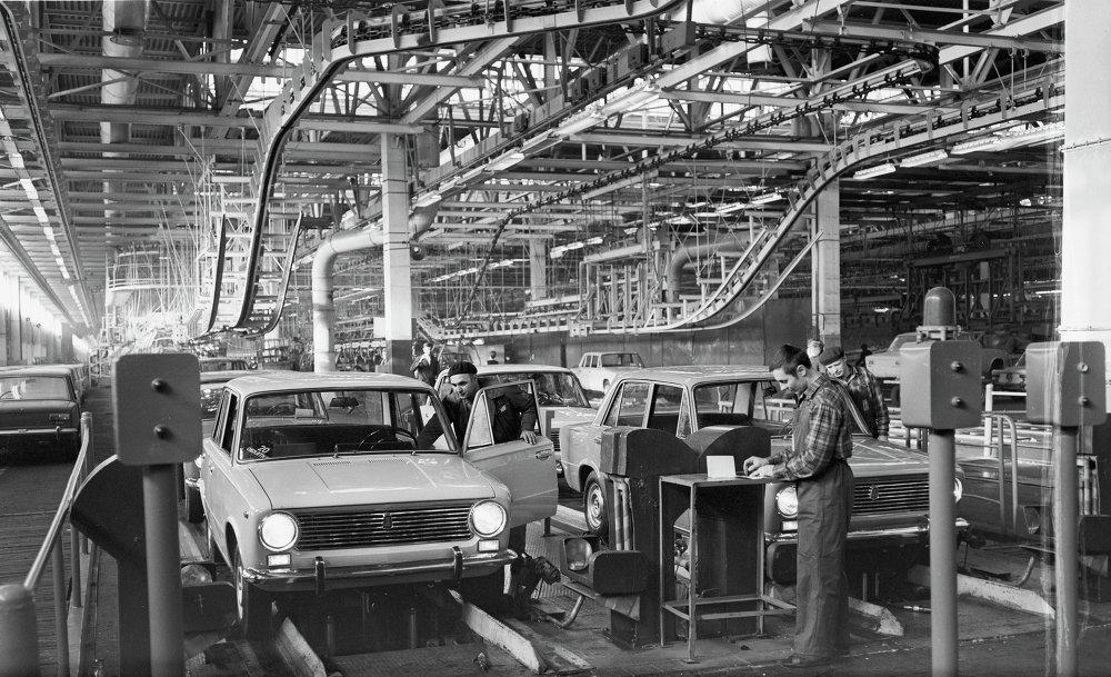 Финишные операции сборки автомобилей модели ВАЗ-2101.