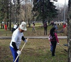 Посольство Кыргызстана в России с участием диаспор провела субботник возле памятника Манасу.