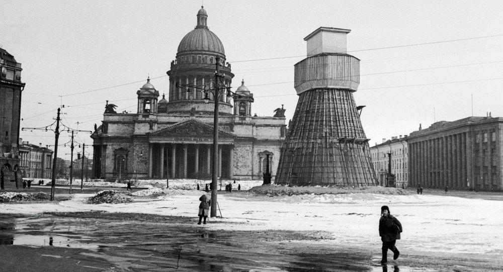 Памятник императору Николаю I на Исаакиевской площади, замаскированный во время блокады Ленинграда. Архивное фото