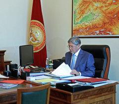 Калыкбек Султанов президент Алмазбек Атамбаевдын ишбөлмөсүндө. Архив