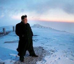 Вождь Северной Кореи Ким Чен Ын посетил военные сборы на горе Пэкту и приветствовал военнослужащих. Архивное фото