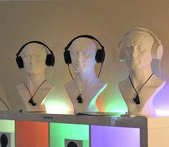 Образцы новых наушников, представленные на Международной выставке. Архивное фото