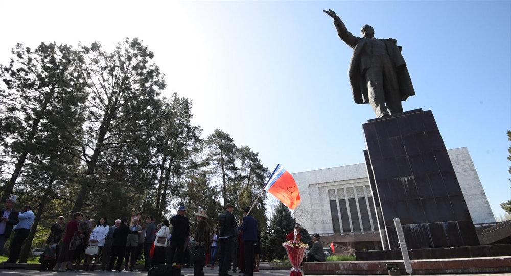 Памятник Владимиру Ленину на Старой площади Бишкека. Архивное фото