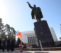 Бишкектин эски аянтында Лениндин айкели. Архив