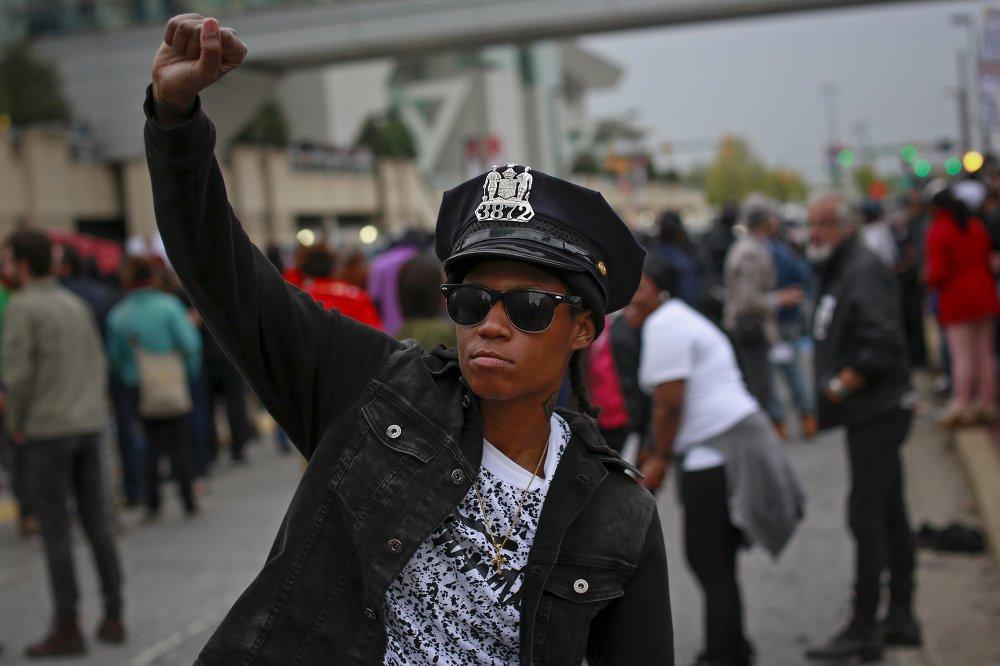 Афроамерикалык жаран полициянын бөлүмүндө өлгөндөн кийин миңдеген америкалыктар Балтимордо митингге чыгышты.