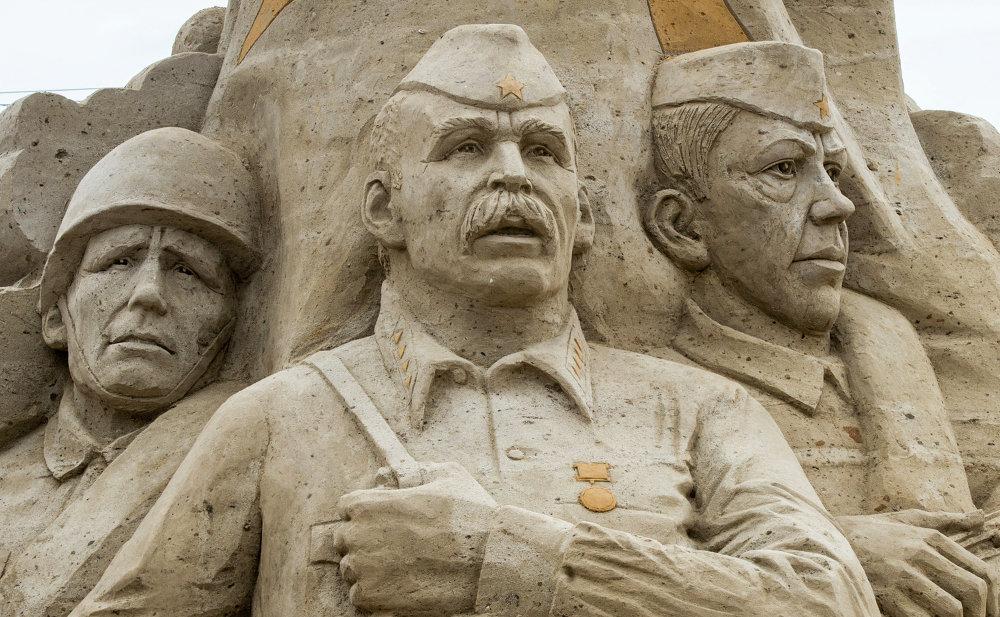 Кумдан жасалган эстеликтер көргөзмөсүнө Гомерден тартып Габриэль Гарсия Маркеске чейинки дүйнөлүк адабияттын классиктеринин элеси коюлду. Ал Москва шаарынын Коломонское музейинин аймагында ишемби күнү ачылды.