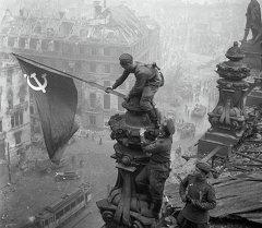 Знамя Победы на здании Рейхстага в Берлине, 1 мая 1945 года. Архивное фото