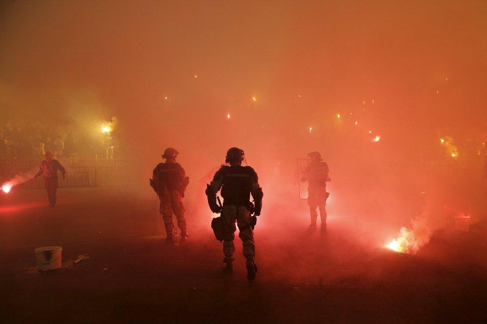 Сербиянын футбол чемпионатында Црвена Звезда менен Партизан командаларынын фанаттары чабышып кетип, 35 полиция кызматкери түрдүү жаракаттарды алышты.