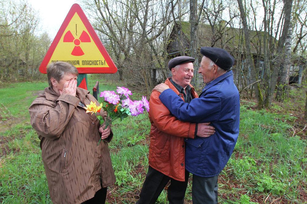 Чернобыль, 29 жыл өткөндөн кийин. Курчоого алынган аймактан көчүрүлгөн жарандарга таштап кеткен үйлөрүн көрүүгө уруксат берилди. Алар Дернович айылында жолугушту.