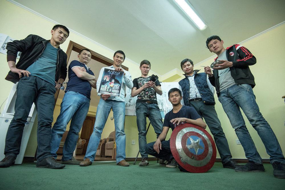 Кыргызстанда алгачкы комикс жаратуучулар иш үстүндө