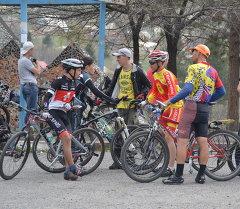Велосипедчи. Архивдик сүрөт