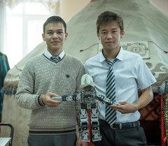 11-класстын окуучулары – Айткул Макенов менен Бекболот Худайбердиев эки жылдан бери робот жасоо менен алектенишет.