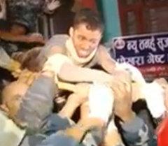 Чудесное спасение в Непале: мужчина провел под завалами 80 часов