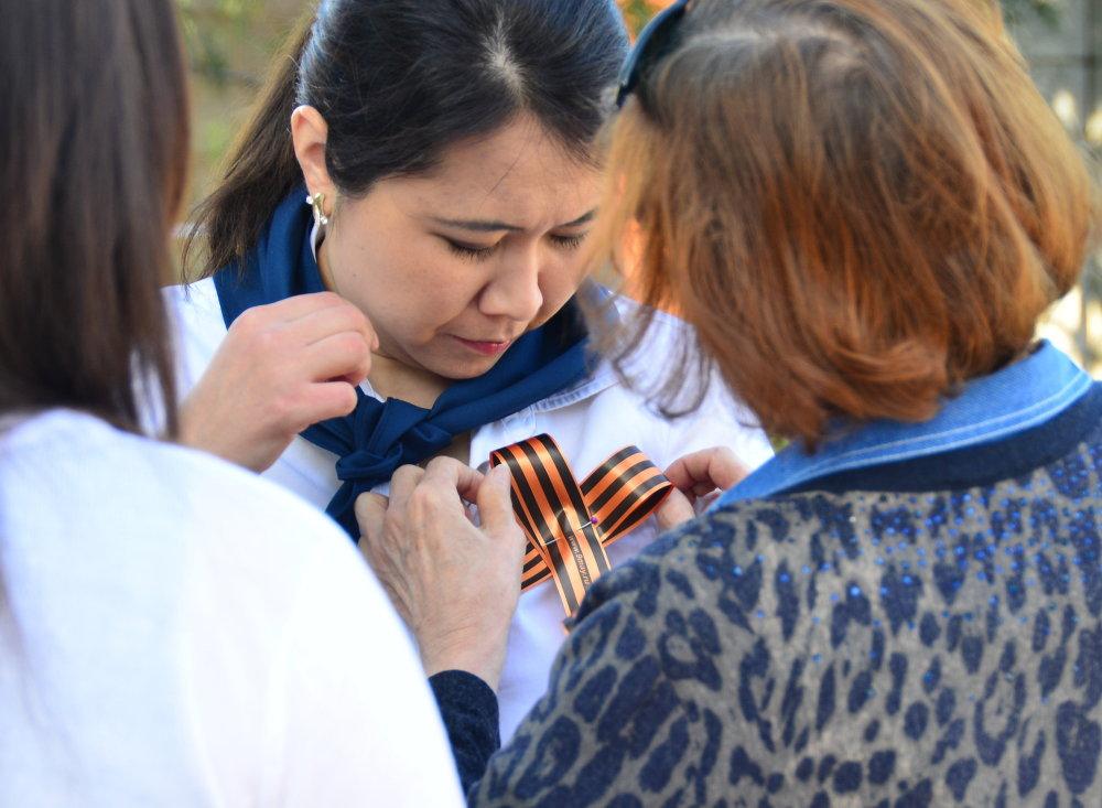 На митинге более 300 человек получили Георгиевскую ленту.