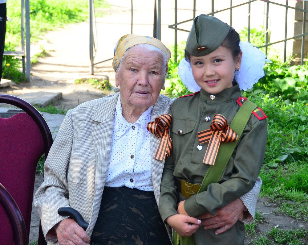 В акции приняли участие и пожилые бабушки, и маленькие дети.