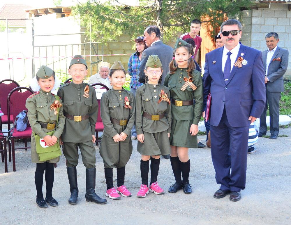 Символ Победы был принят участниками мероприятия с большим воодушевлением и радостью.