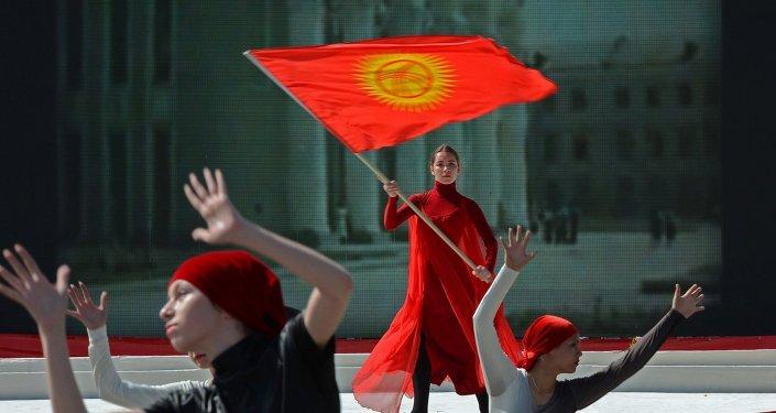 Девушка с государственным флагом Кыргызстана. Архив