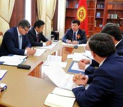 Премьер-министр Кыргызской Республики Темир Сариев с чиновниками. Архивное фото