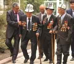 Москвадагы парадга катышуу үчүн кыргызстандык 13 ардагер даярданууда. Архив