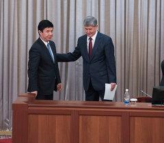Премьер-министр Темир Сариев жана президент Алмазбек Атамбаев. Архив