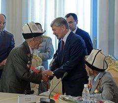 Президент Москвага кетээр алдында согуштун ардагерлерине юбилейлик медалдарды тапшырды