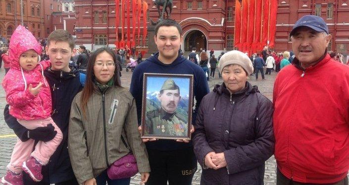 У монумента маршалу Жукову