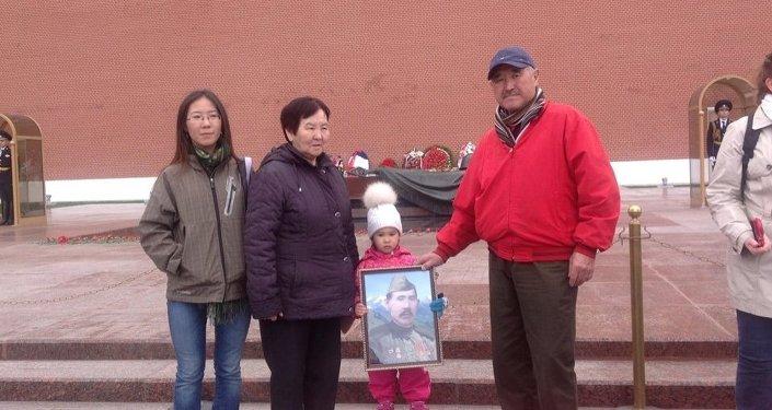 Дети и внуки Мамбеталиева у памятника Неизвестному солдату