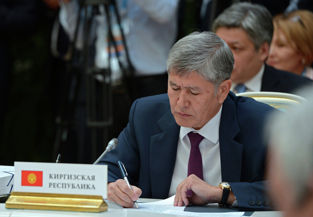 Тарыхый көз ирмем. Кыргыз Республикасынын президенти Алмазбек Атамбаев КРдин ЕАЭБге кирүүсү тууралуу документке кол коюп жатат.