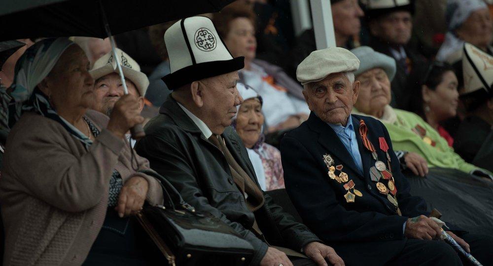 Ветераны на площади Ала-Тоо в Бишкеке. Архивное фото