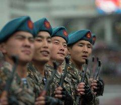 Военный парад под дождем в Бишкеке
