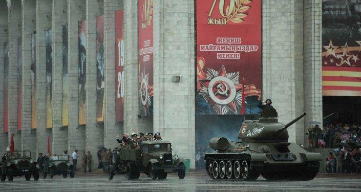 Военная техника КР во время парада. Архивное фото