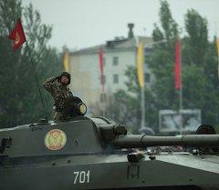 Танкист Бишкектеги парадда. Архив