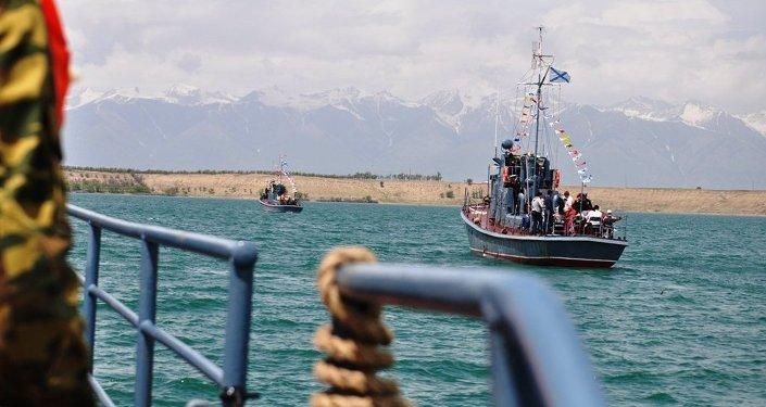 Шесть кораблей в виде парадного строя находились вблизи базы, а остальные прошли рядом.