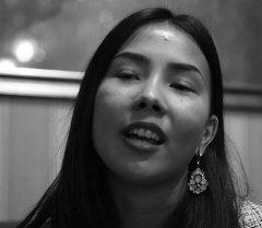 Аяна Касымова Сүрөтүңө ырын ырдап берди