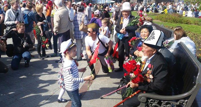 Москвалыктар кыргызстандык ардагерлерди көчөдөн, эс алуу жайларынан көргөндө сый-урмат менен мамиле кылышты.