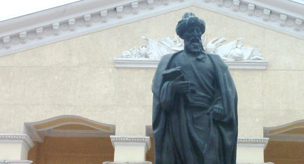 Архивное фото статуи Жусупа Баласагына возле Кыргызского Национального университета