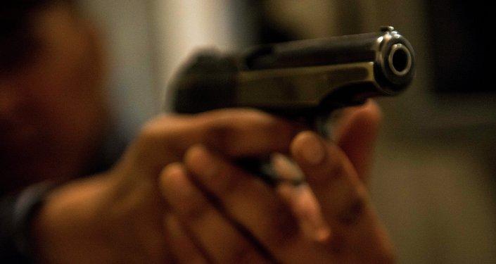 Мужчина держит огнестрельное оружие. Архивное фото
