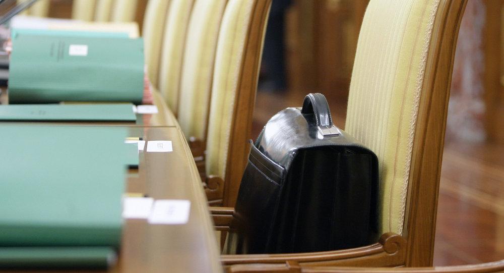 Портфель на столе. Архивное фото