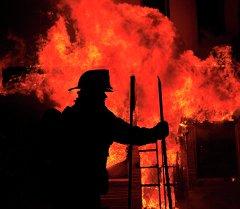 Сотрудник пожарной службы на ликвидации пожара. Архивное фото