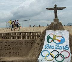 Песочные скульптуры с символикой олимпийских игр 2016 года на пляже Копакабана в Рио-де-Жанейро. Архивное фото
