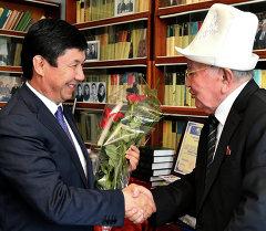 Премьер-министр Темир Сариев поздравил народного поэта Кыргызстана Сооронбая Жусуева с 90-летним юбилеем