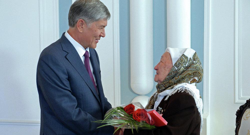 Президент Алмазбек Атамбаев көп балалуу энелерди куттуктады. Архив