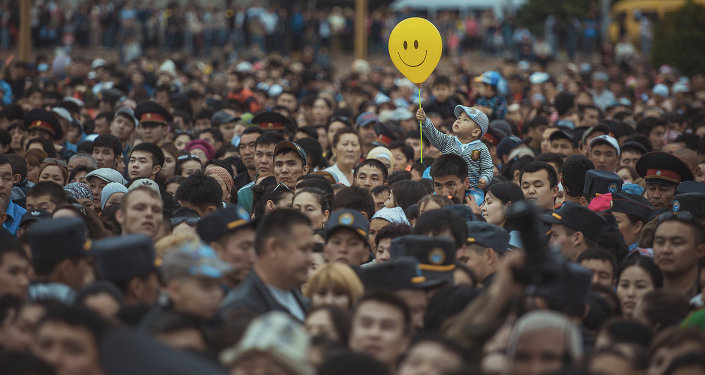 Зрители на праздничном концерте на площади Ала-Тоо. Архивное фото