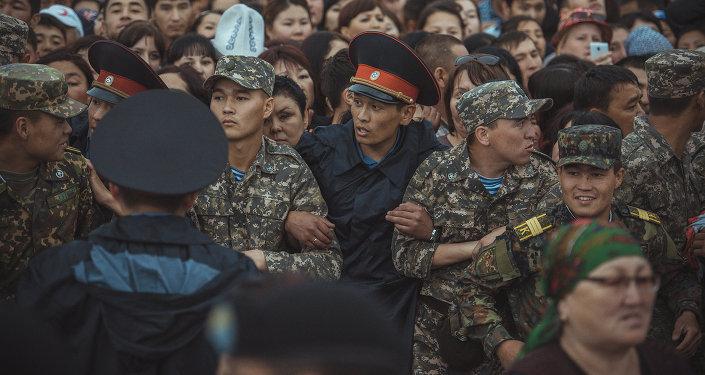 Милиционеры на центральной площади Ала-Тоо в Бишкеке. Архивное фото