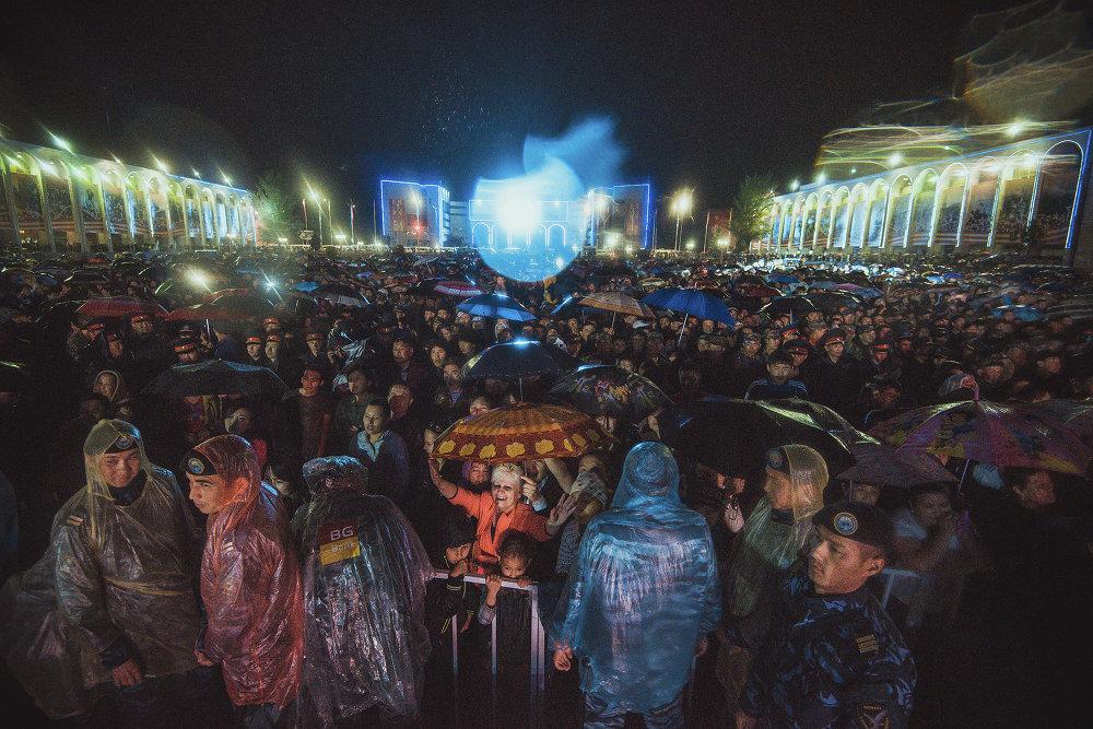 Несмотря на ливень, тысячи людей досмотрели концерт до конца.